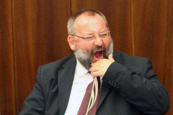 Nepriamu novelu predkladá poslanec za Smer, Maroš Kondrót.