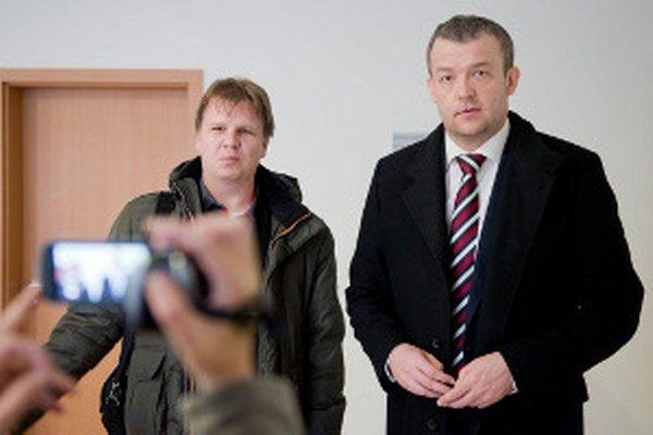 Vľavo Martin Drozd z petičného výboru bojnickej nemocnice a predseda Trenčianskeho kraja Jaroslav Baška po rokovaní na ministerstve zdravotníctva.