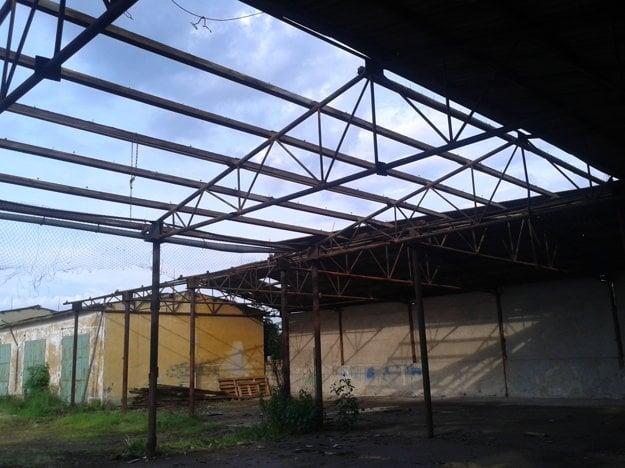 Túto strechu rozoberali zamestnanci družstva - ani jeden z nich na to nemal povolenie. Úrady tiež neinformovali, že sa chystajú robiť s karcinogénnym azbestom.