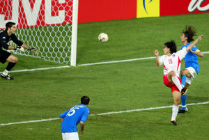 Ahn-jung Hwan (číslo 19) strieľa víťazný gól Južnej Kórei.