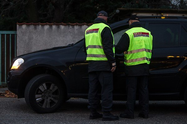V Rakúsku zaplatia naši občania ekologickú daň z auta, ak tam majú trvalý pobyt. Ak tam bývajú, ale nie sú prihlásení, môžu to overiť iba výsluchom.