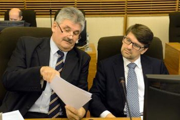 Minister kultúry Marek Maďarič (vpravo) a minister práce, sociálnych vecí a rodiny Ján Richter.