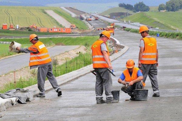 Na budúci rok by mohlo byť na stavbách diaľnic viac ľudí.