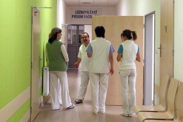 Pacienti často platia chirurgom či gynekológom.
