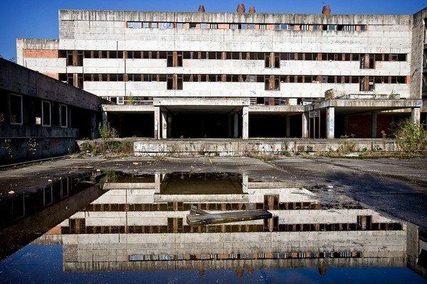 Búranie nedostavanej nemocnice sa zatiaľ nekoná.