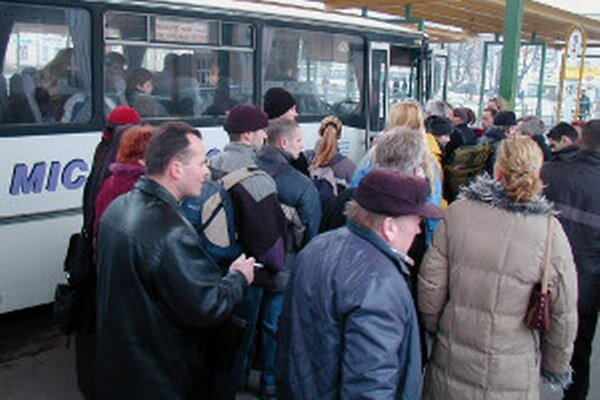 Návaly cestujúcich sú v autobusoch už minulosťou.
