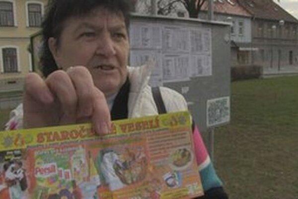 Záber z českého filmu Šmejdi, v ktorom sa dôchodcovia nechali oklamať aj niekoľkokrát.