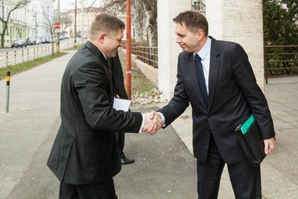 Predseda vlády SR Robert Fico a minister financií SR Peter Kažimír počas kontrolnej návštevy na ministerstve financií.