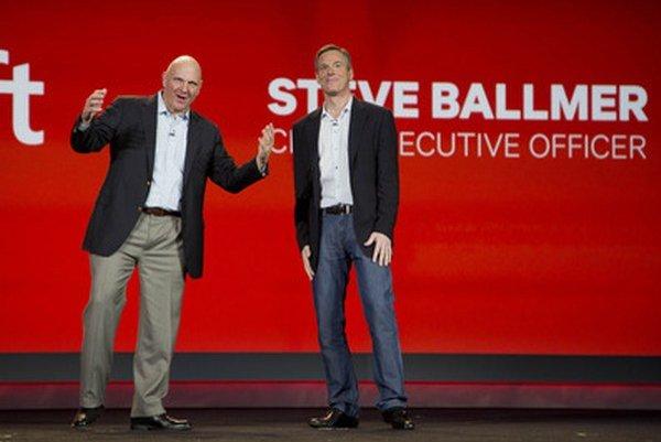 Microsoft CEO Steve Ballmer (vľavo).