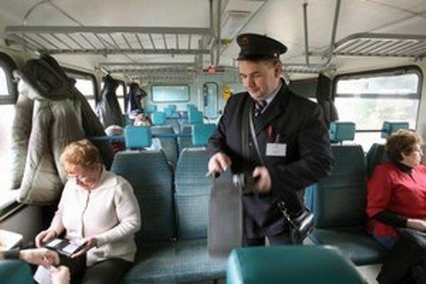 Odborári tvrdia, že miesta by sa nemali rušiť v prevádzke železníc, ale v administratíve.