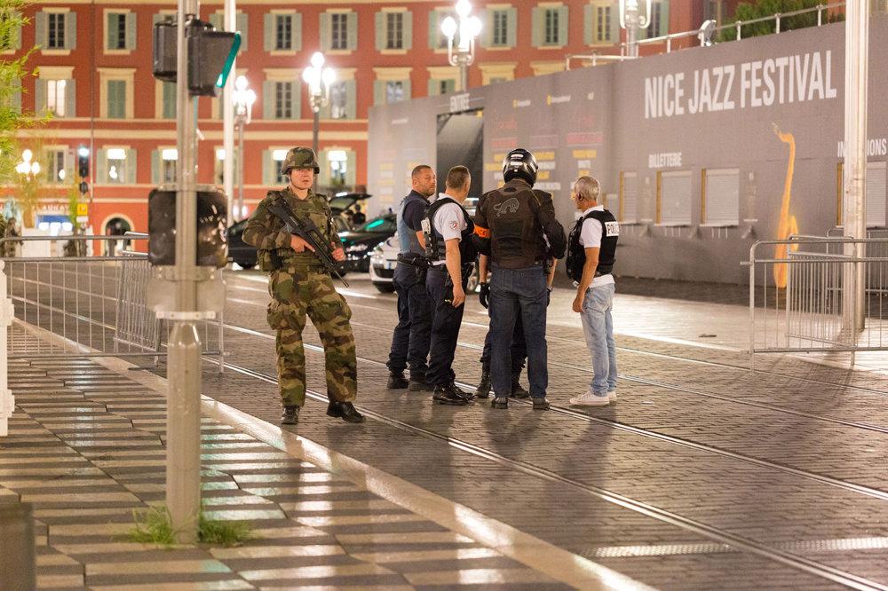 Polícia v uliciach Nice po útoku.