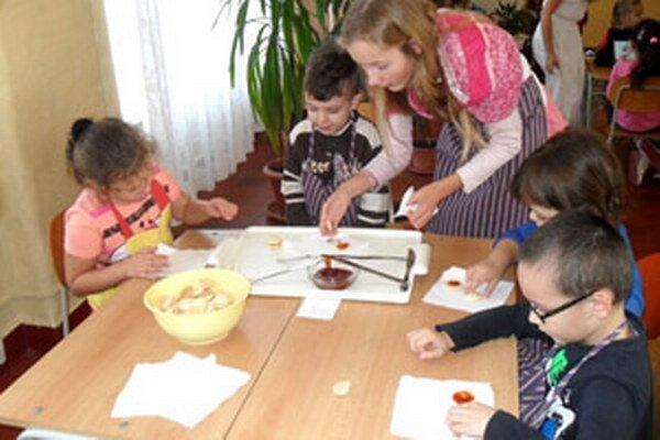 Škôlkar pripravili studené dobroty spolu so staršími kamarátmi.