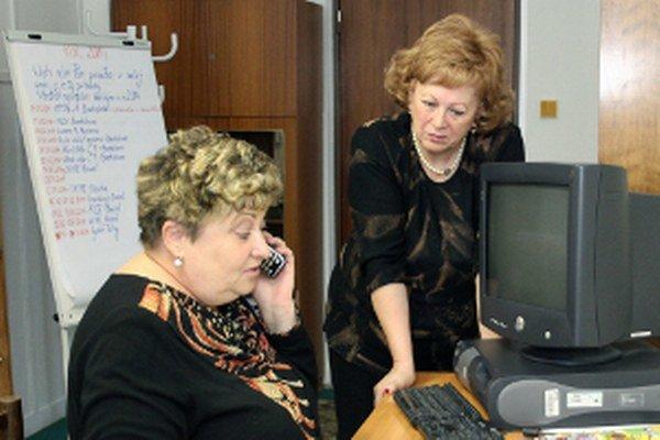 Operátorka Linky seniorov Edita Flimelová (vľavo) a prezidentka Fóra Ľubica Gálisová.