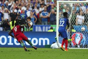 Éder (vľavo) strieľa víťazný gól do siete Francúzska.