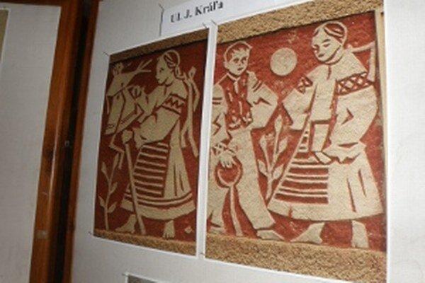Sgrafitová výzdoba je na fotkách, ktoré sú vystavené v Dome kultúry v Prievidzi.