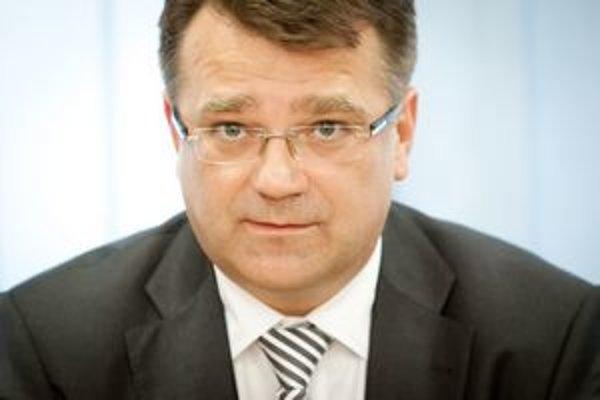 Minister financií Ivan Mikloš zastavil oddlžovanie nemocníc. Šéf rezort zdravotníctva Ivan Uhliarik to nepovažuje za konečné rozhodnutie.
