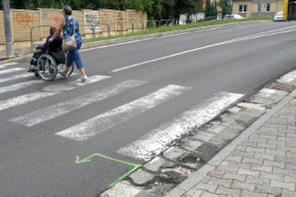 Na krajniciach na priechodoch výtlky mesto zasypáva betónovou zmesou.