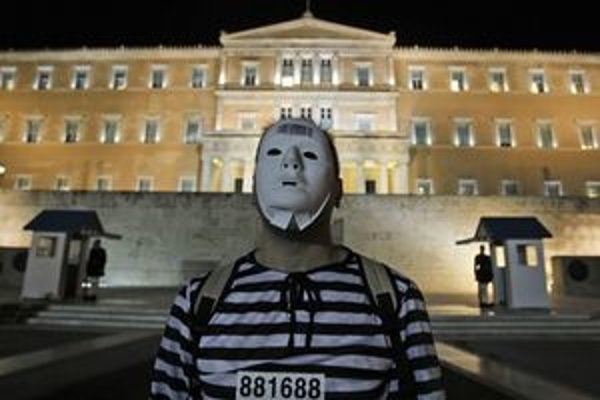 Demonštrant v uniforme väzňa pred gréckym parlamentom.