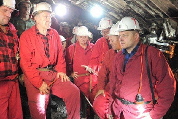 Robert Fico (vpravo) bol medzi baníkmi v podzemí.