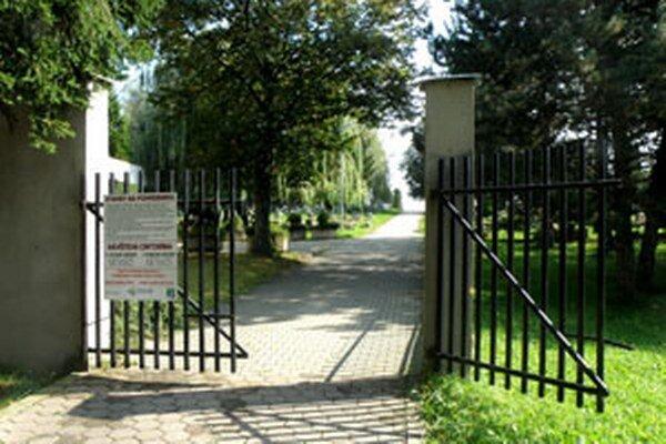 Vchod na cintorín bude pár dní zatvorený, ľudia môžu využívať vedľajšiu bránu.