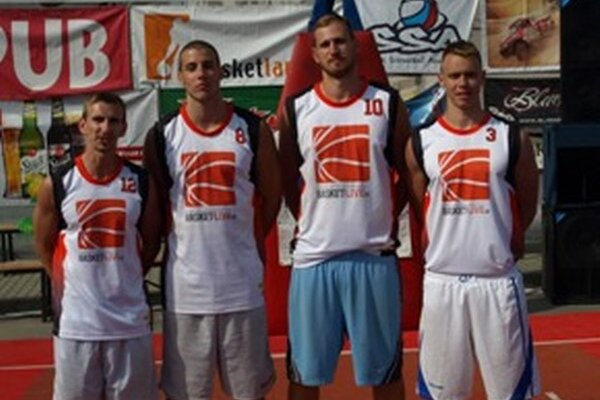 Víťaz turnaja Basket-Live. Zľava: Haviar, P. Vojtek, J. Vojtek a Krč.