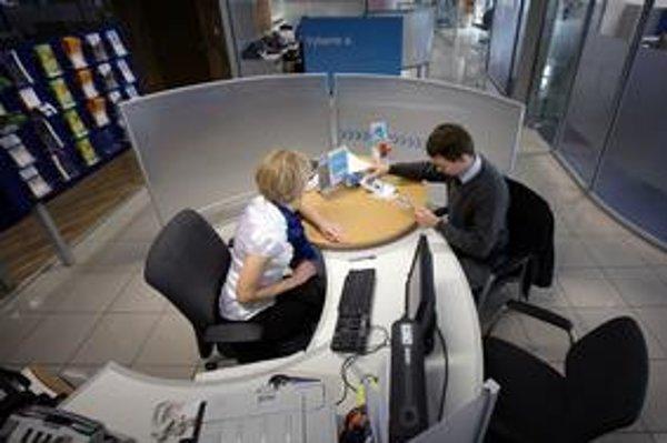 Banky poskytujú rekordné objemy úverov.