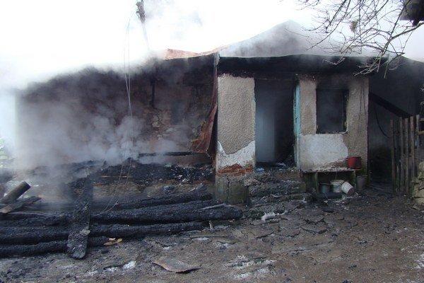 Zhorený príbytok. Jeho obnove po silvestrovskom požiari má pomôcť aj zbierka.