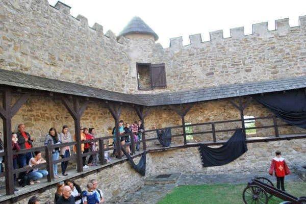 Západný bastión. V tejto časti hradu udrel blesk.
