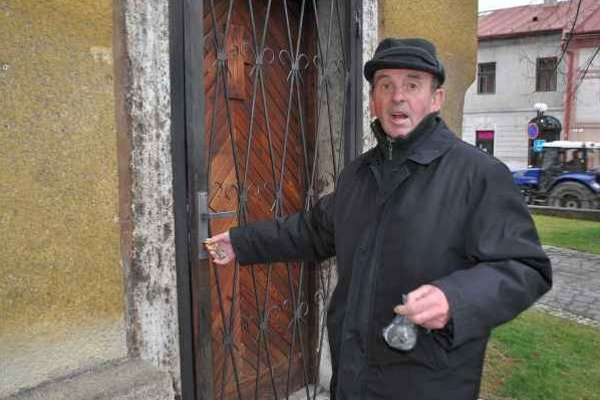 Vstup. Dverami do sakristie vchádza Ján Virostko viackrát denne.
