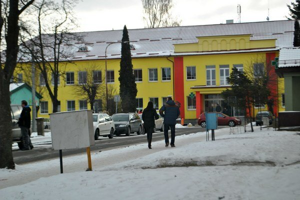 Prístup knemocnici. Prichádzajú sem húfy ľudí, vrátane ťažko chodiacich.
