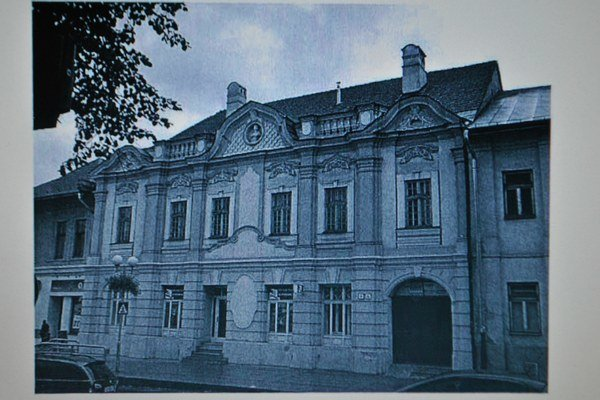 Námestie sv. Mikuláša. Na zozname pamiatok je aj mestský palác.