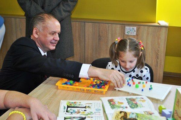 Prezident Andre Kiska s deťmi v Dome sv. Anny v Starej Ľubovni.