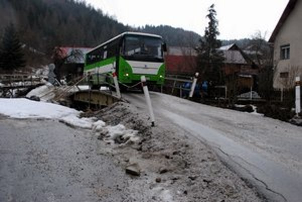 Naliali sem asfalt. Po vylepšenom pontónovom moste prechádzajú už aj autobusy.