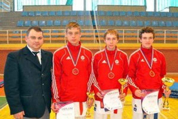 Medailisti. Zľava tréner F. Vorobeľ a jeho zverenci R. Karabinoš, J. Kaleta, S. Truska.