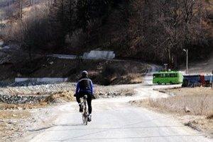 Problematická cesta. Cestári ju umiestnili na súkromný pozemok, pred povodňami ale bola viac naľavo, bližšie k rieke Poprad.