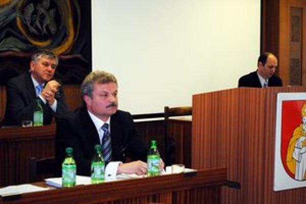 Vedenie mesta. Primátor očakáva zmenu. Súčasný riaditeľ je vo funkcii od roku 2004, keď bol primátorom František Orlovský (vpravo).