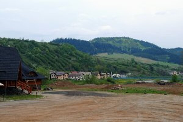 Pozemok. Medzi lávkou cez Poprad a Kolibou má vzniknúť autosalón.