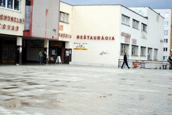 Družba. Terasu i časť priľahlých pozemkov ponúka mesto do odpredaja vo verejnej súťaži.