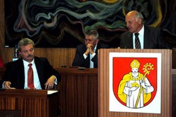 Sporná faktúra. Primátor Biganič (vľavo) si vypočul vysvetlenie od predchodcu Jaržembovského (vpravo). Ten tvrdí, že mesto nemá prečo platiť.