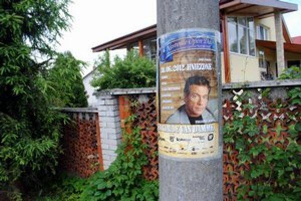 Hviezda z Hollywoodu. Jean-Claude van Damme je na plagátoch po celej dedine i okolí.