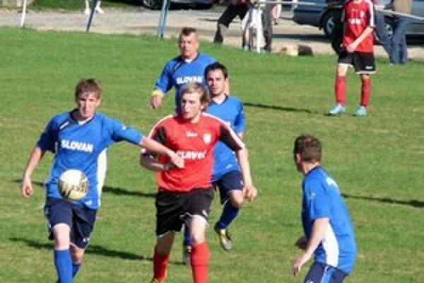 Vyšné Ružbachy v okresnej súťaži. Text pod foto: Seniori V. Ružbách (v modrom) svojich futbalovo nesklamali.