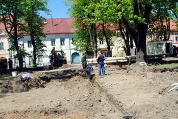 Park v centre. Mesto ho chce dokončiť ešte počas prázdnin, termín na odovzdanie má však do októbra.