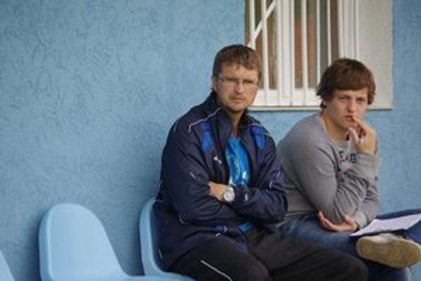 Marián Jarabinský (vľavo) zastupoval trénera.