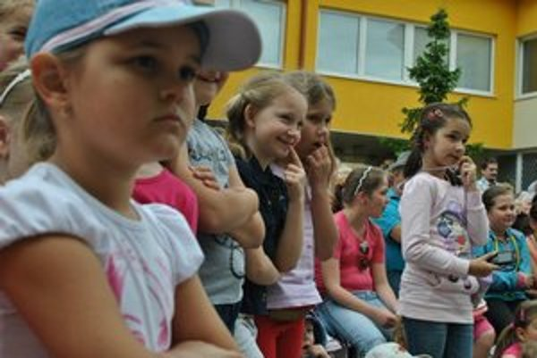 Do piatka 26. augusta o príspevok požiadali rodičia 159 detí, medzi ktorých sa rozdelí 5565 eur.