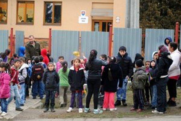 Podsadek. V škole neštrajkujú. Deti nám prezradili, že v balíčku stravy si radi pochutia na štrúdli či jogurte.