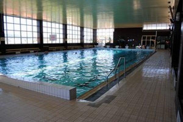 Mestská plaváreň. Je v strate, objem v bazéne zatiaľ nezmenia.