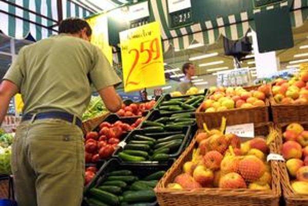 Niektoré druhy ovocia a zeleniny sa predávajú na kusy, iné si musí zákazník odvážiť.