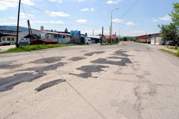 Cesta. Jej najhorší úsek nedávno zalátali asfaltom. Primátor nám povedal, že investícia mali zabezpečiť súkromníci.