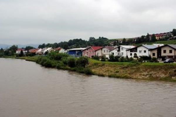 Hrádza. Vybudujú ju na brehoch rieky Poprad.