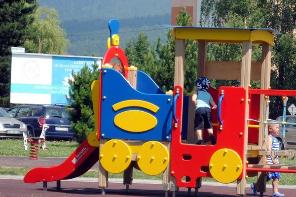 Detské ihrisko. Deti radi využívajú miesto pri pošte.